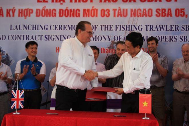 Đại diện SBA và Công ty Đóng tàu Hạ Long ký hợp đồng đóng mới 03 tàu ngao cho SBA